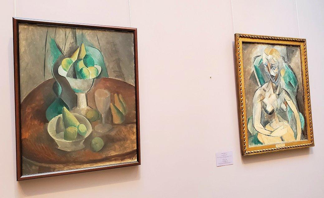 左:『壺の果実』 (Fruit in a Vase) by パブロ・ピカソ(Pablo Picasso) 右:『若い女性』 (Young Woman) by パブロ・ピカソ(Pablo Picasso)