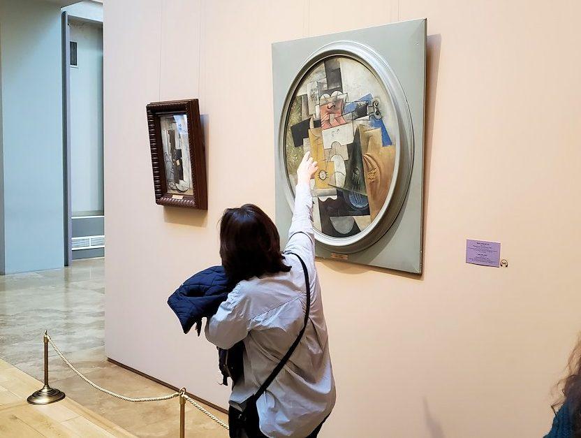 エルミタージュ新館にある「パブロ・ピカソの間」の絵画を鑑賞する人達-4