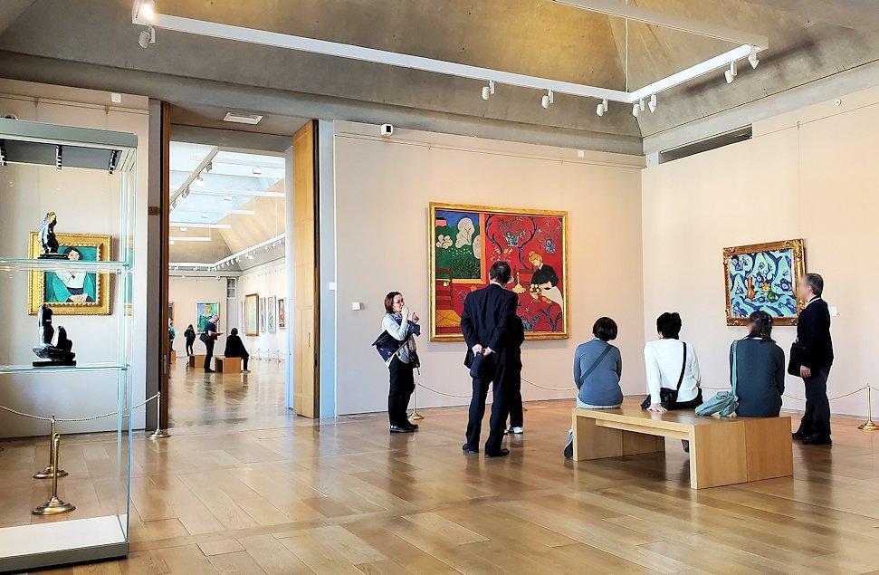 エルミタージュ新館にある「マティスの間」で絵画を鑑賞する