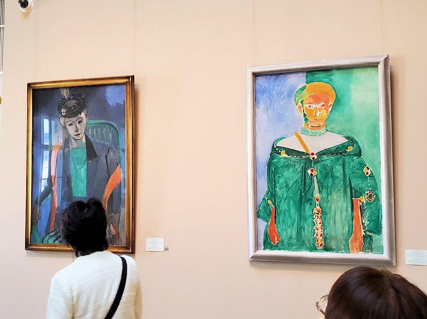 左:『画家の妻の肖像』 (Portrait of the Artist's Wife) by アンリ・マティス(Henri Matisse) 右:『緑の中のモロッコ人』 (Moroccan in Green) by アンリ・マティス(Henri Matisse)