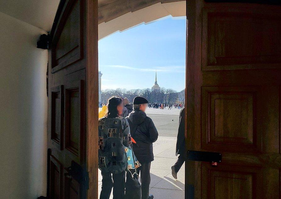 エルミタージュ新館の扉から外に出る