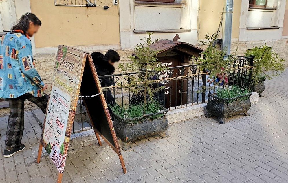 サンクトペテルブルク市内にあるレストランへと入ります