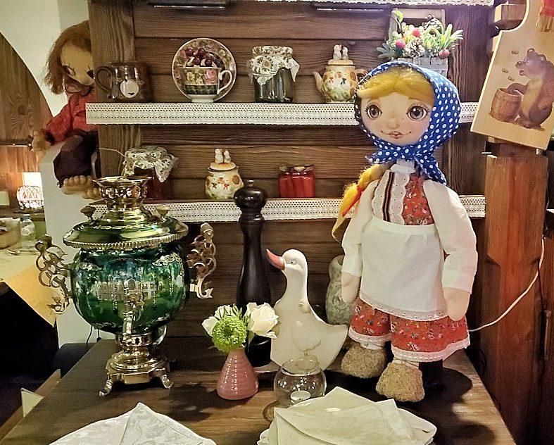 サンクトペテルブルク市内にあるレストラン【マシャ・イ・メドヴェジ】に置かれていた人形