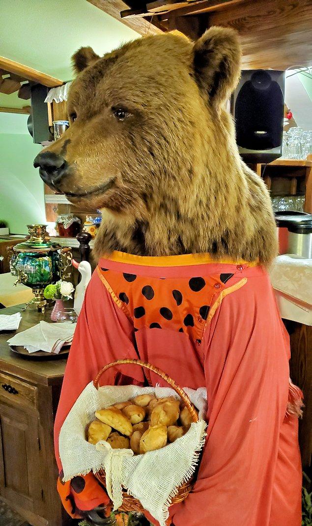 サンクトペテルブルク市内のレストラン【マシャ・イ・メドヴェジ】に置かれていた、ピロシキを抱える熊の人形