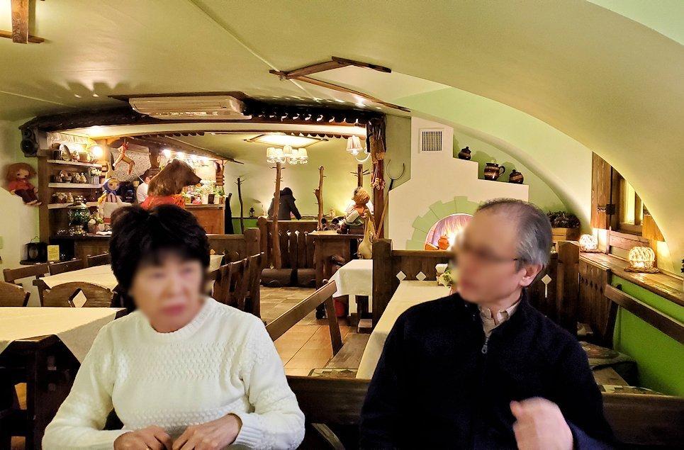 レストラン【マシャ・イ・メドヴェジ】の席に座る