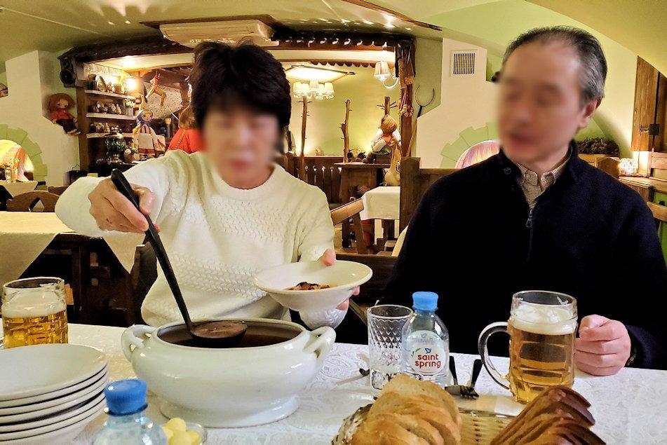 レストラン【マシャ・イ・メドヴェジ】で出てきたスープを注ぐ