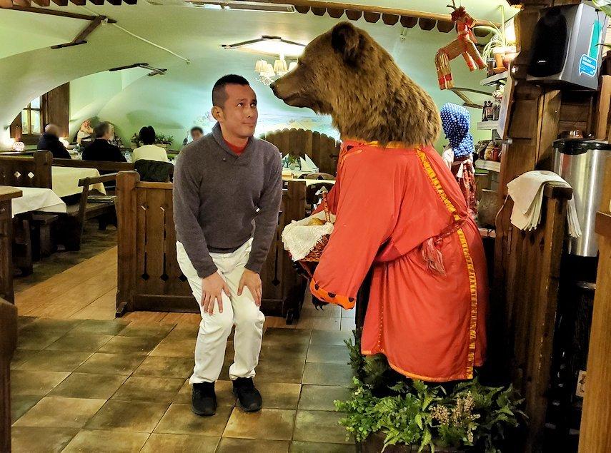 レストラン【マシャ・イ・メドヴェジ】で熊さんの人形に挨拶する