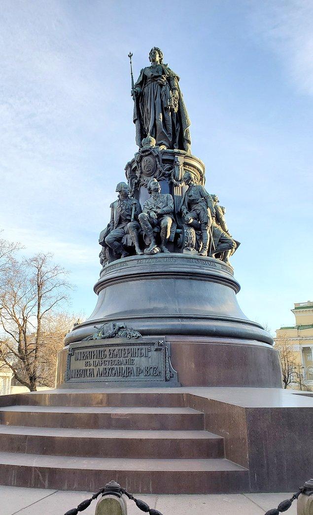 サンクトペテルブルク市内のネフスキー大通り沿いにあるエカテリーナ二世の像