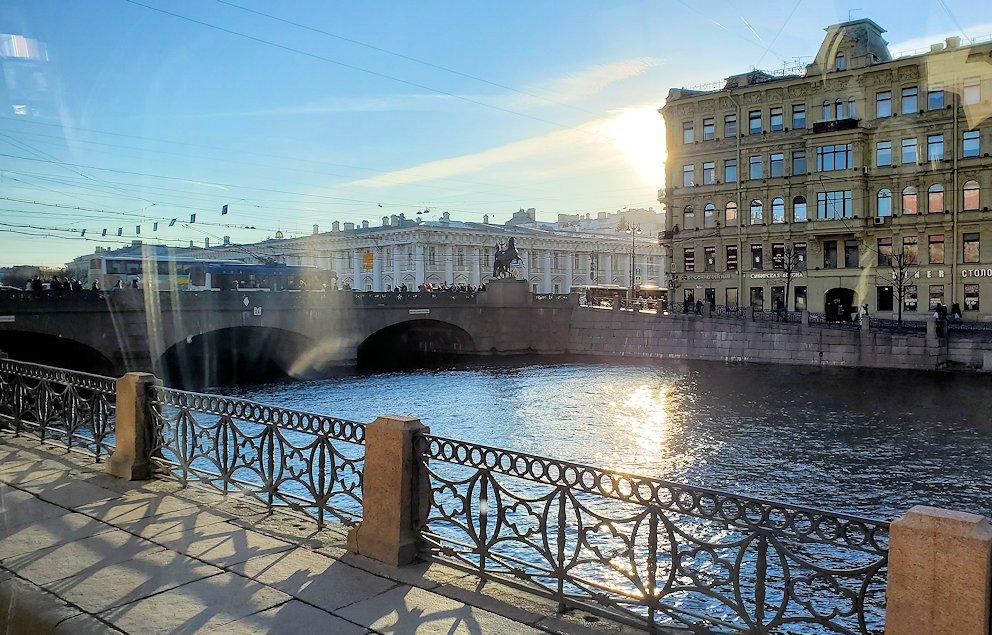 サンクトペテルブルク市内を走るバスから見えたアニチコフ橋