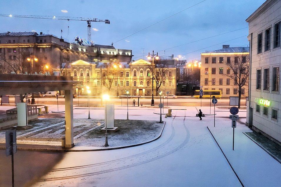朝のサンクトペテルブルクの街には薄っすらと雪が積もっていた