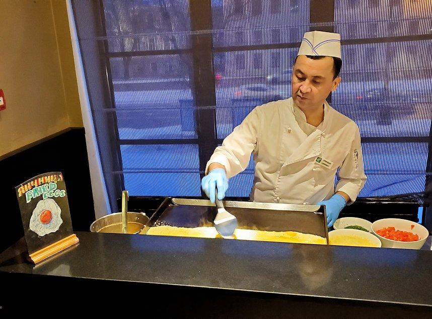 サンクトペテルブルクのホリデーインの朝食会場で調理するスタッフ