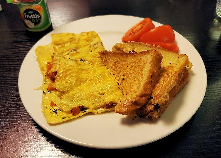 ホリデーインの朝食会場でフレンチトーストとスクランブルエッグを食べる