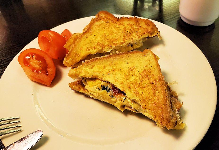 ホリデーインの朝食会場でフレンチトーストとスクランブルエッグを食べる-1
