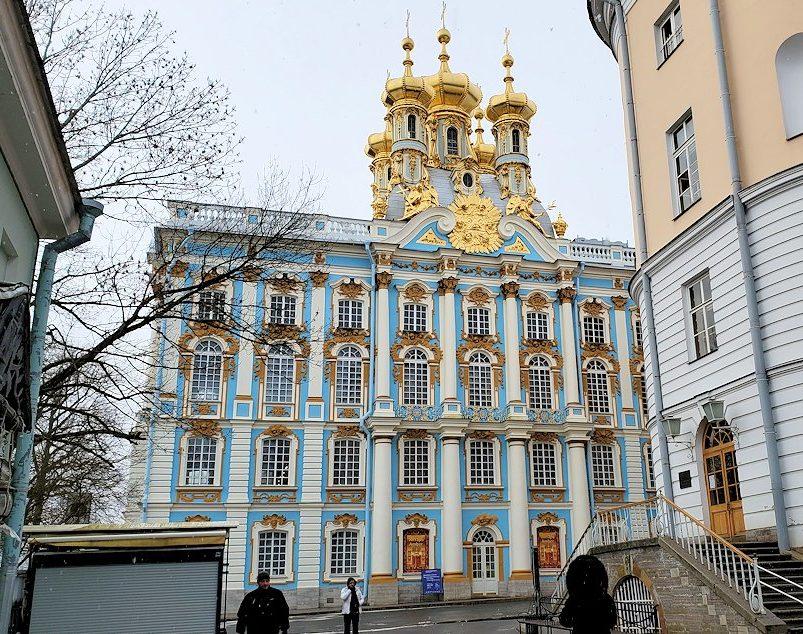 サンクトペテルブルク近郊にあるエカテリーナ宮殿の入口に進む