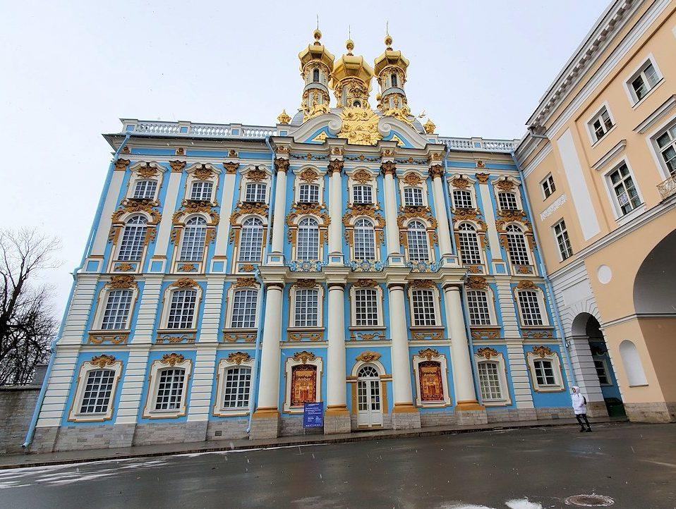 サンクトペテルブルク近郊にあるエカテリーナ宮殿の入口に進む-1