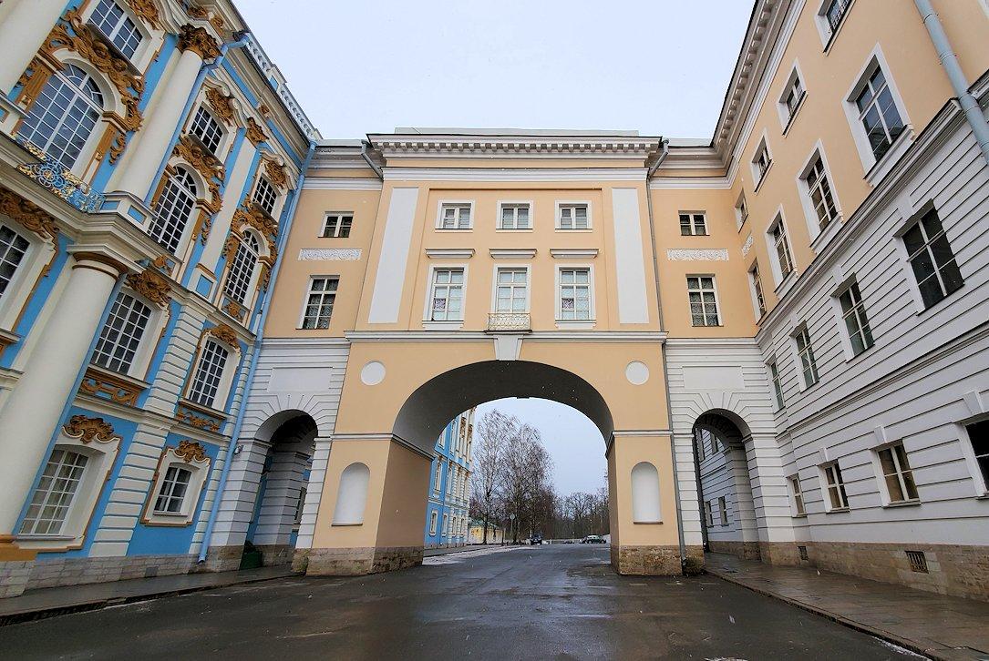 サンクトペテルブルク近郊にあるエカテリーナ宮殿の入口に進む-2