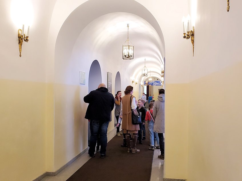 エカテリーナ宮殿の中へと進む