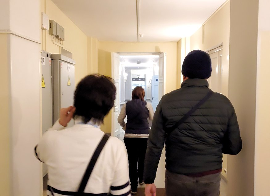 エカテリーナ宮殿の入口へと進む