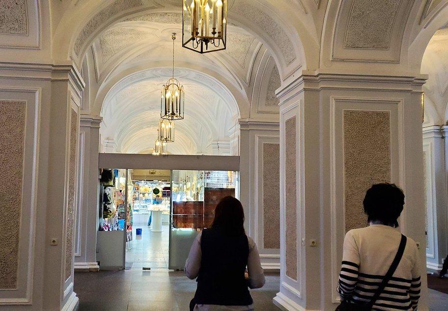 エカテリーナ宮殿の入口へと進む-1