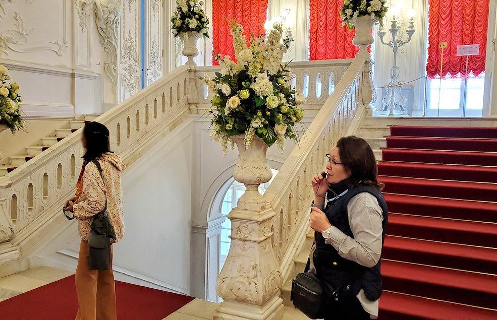サンクトペテルブルクにあるエカテリーナ宮殿奥の階段を登る