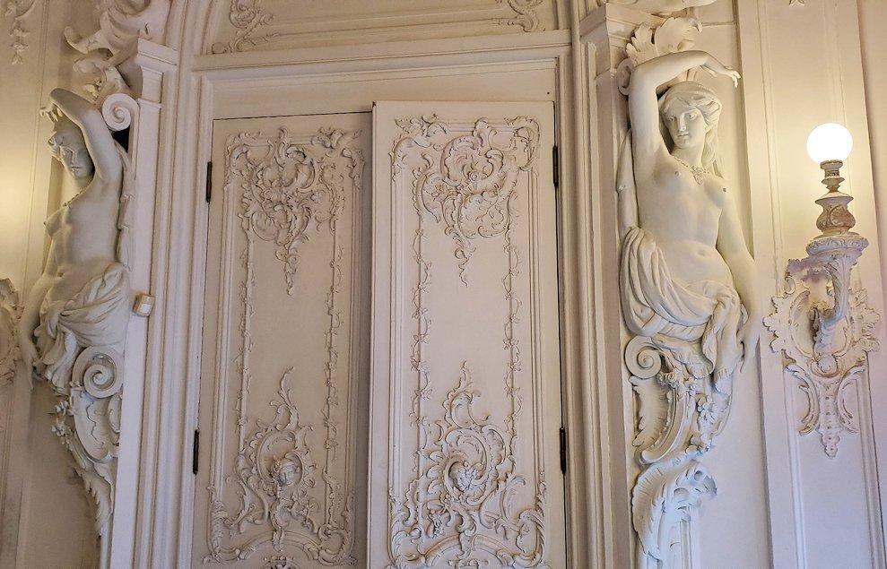 エカテリーナ宮殿の2階にあった、女性裸体像の彫刻