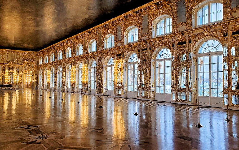 エカテリーナ宮殿の2階の「大広間」はガラガラに空いている