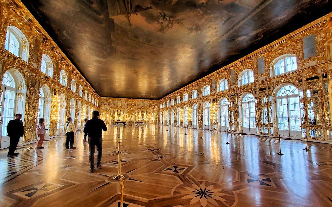 エカテリーナ宮殿の2階の「大広間」はガラガラに空いている-1