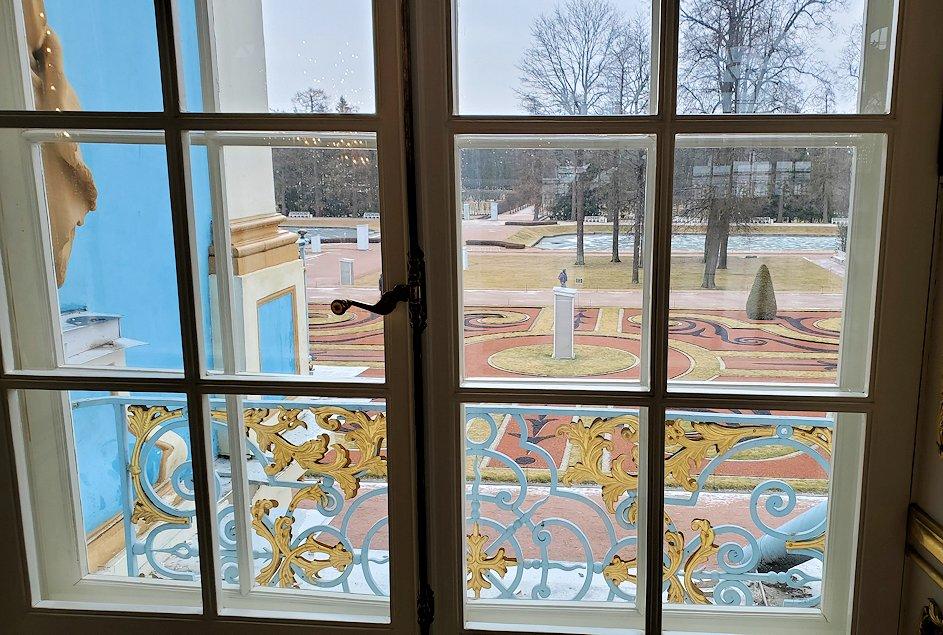 エカテリーナ宮殿の2階の「大広間」の窓から外を眺める