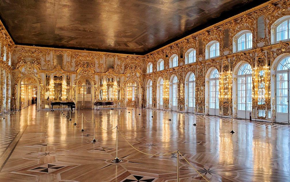 エカテリーナ宮殿の2階の「大広間」はガラガラに空いている-2