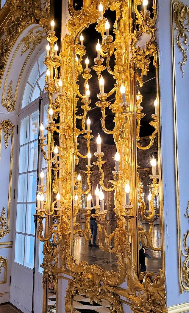 エカテリーナ宮殿の大広間に飾られているロウソク立て
