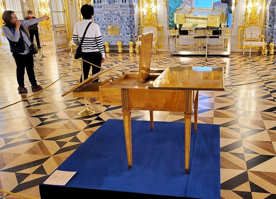 エカテリーナ宮殿の「第一控えの間」に置かれていたテーブル-1