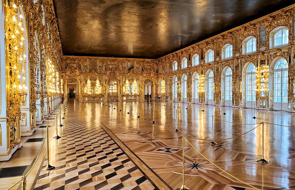 エカテリーナ宮殿の「第一控えの間」から大広間を眺める