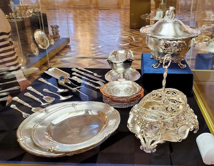 エカテリーナ宮殿の「第一控えの間」に飾られていた銀食器など-1