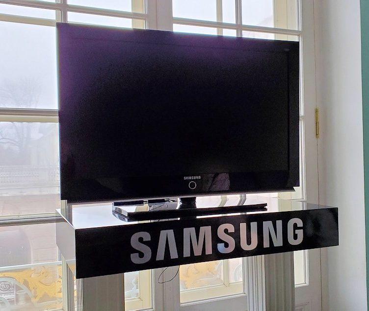 エカテリーナ宮殿2階の廊下に置かれていた、サムスン製のテレビ