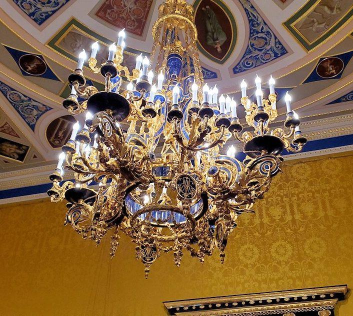 エカテリーナ宮殿の「リオンの間」の部屋にあるシャンデリア