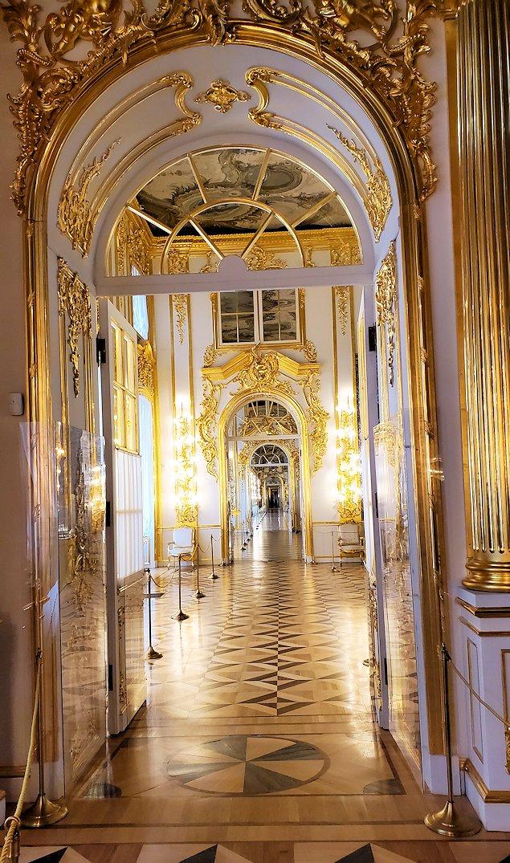 エカテリーナ宮殿の「アラベスクの間」から見た、ガラガラに空いている廊下