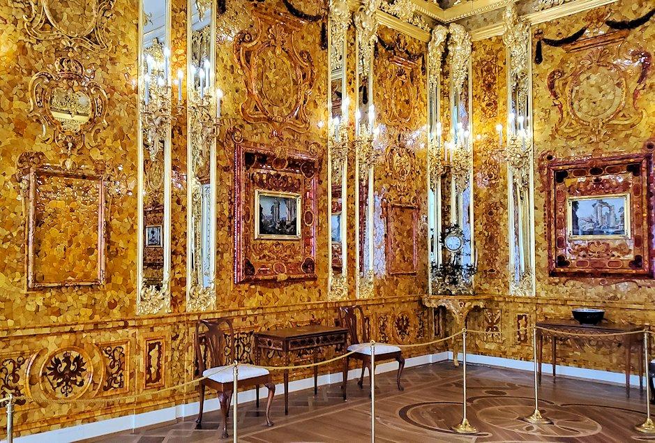 エカテリーナ宮殿で最も豪華な「琥珀の間」を眺める