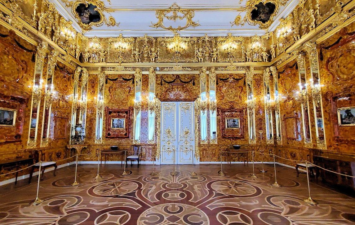エカテリーナ宮殿で最も豪華な「琥珀の間」を独占見学
