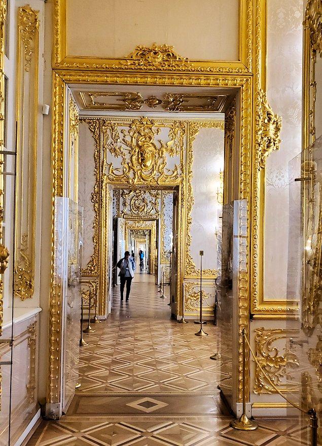 エカテリーナ宮殿の「緑の食堂」から見えた廊下の景色