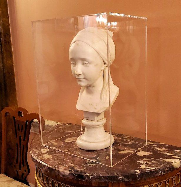 エカテリーナ宮殿の「給仕の間」に置かれていた、女性頭部の像