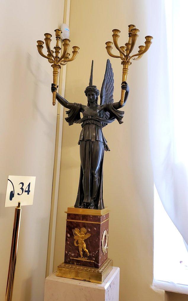 エカテリーナ宮殿の「絵画の書斎」に飾られていた、ロウソクを掲げる女神像