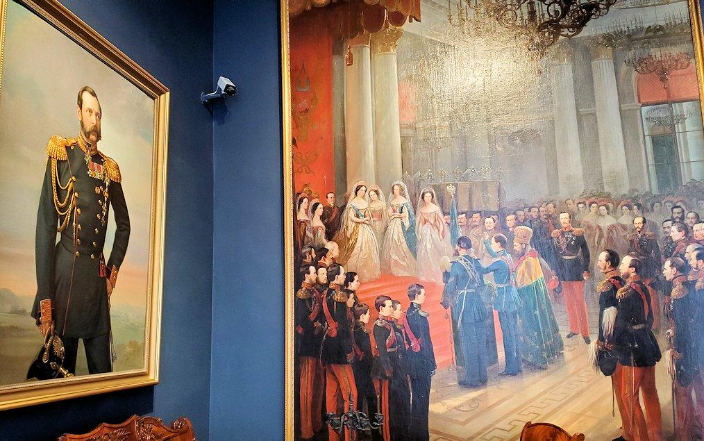戴冠式の絵画が飾られていた