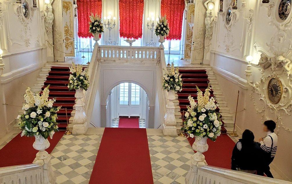 エカテリーナ宮殿内の階段へと向かう