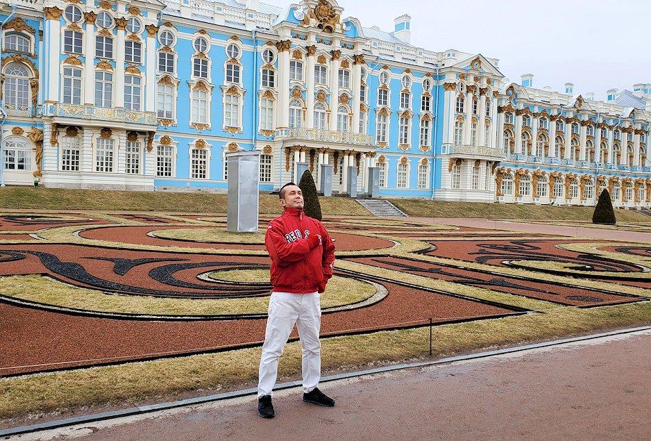 エカテリーナ宮殿の前で記念撮影する