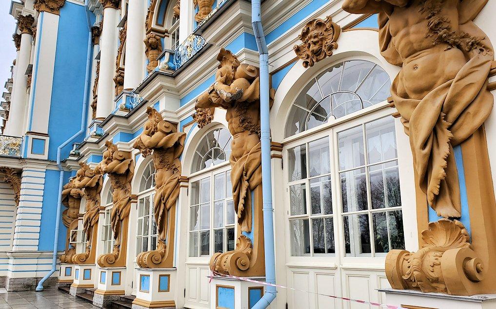エカテリーナ宮殿の建物に組み込まれている、裸体の彫刻