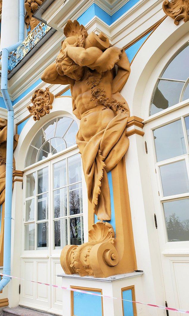 エカテリーナ宮殿の建物に組み込まれている、裸体の彫刻-1