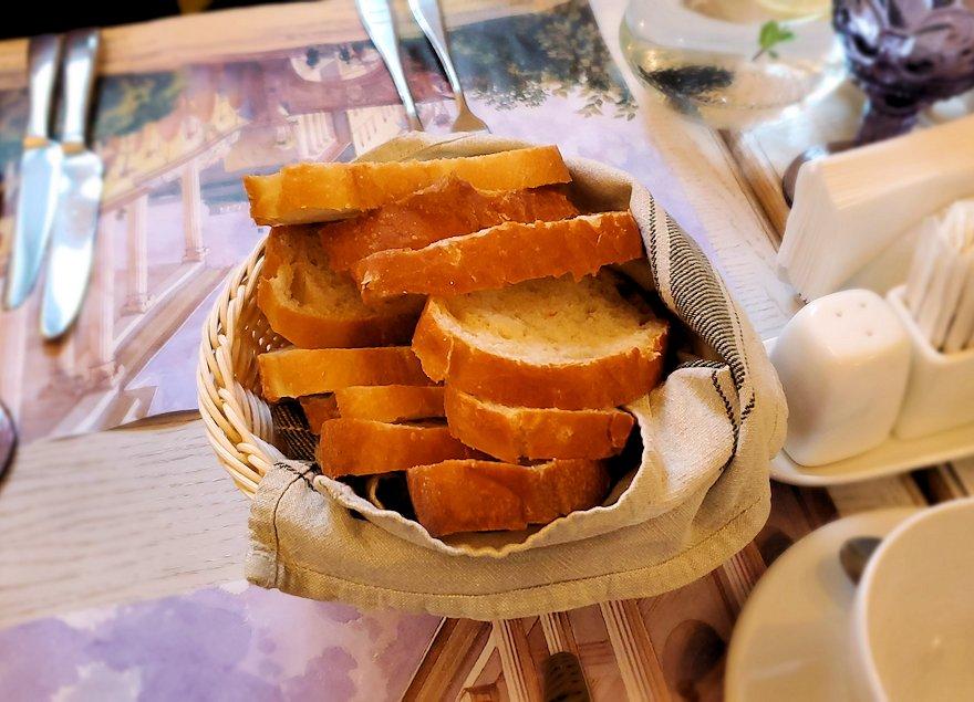 エカテリーナ宮殿近くのレストランで出てきたパン