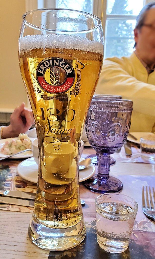 エカテリーナ宮殿近くのレストランで出てきた、わさびが入ったウォッカとビール