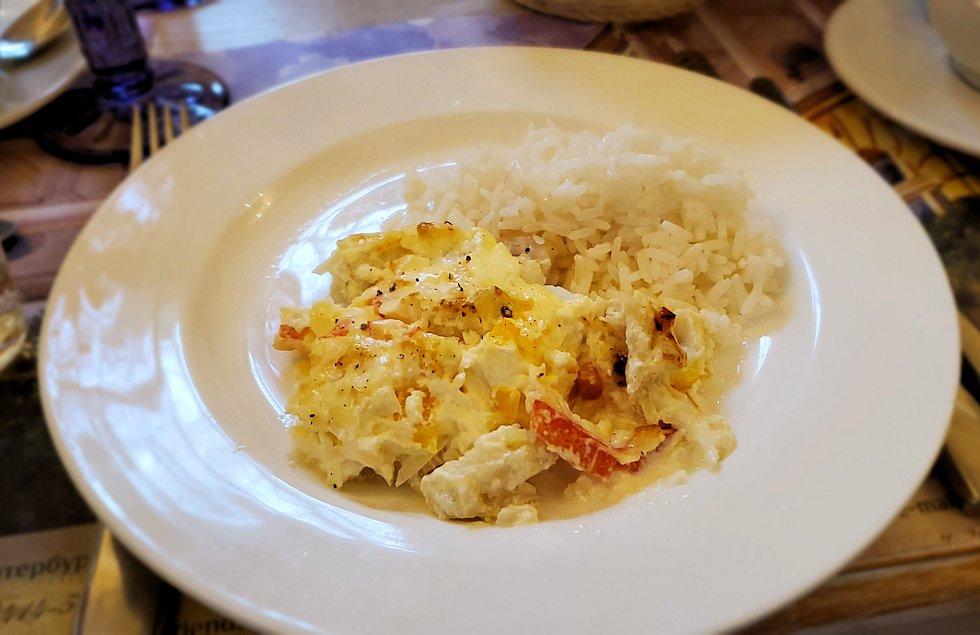 エカテリーナ宮殿近くのレストランで出てきた、鱈の切り身が入った料理