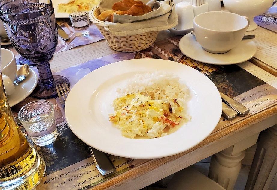 エカテリーナ宮殿近くのレストランで出てきた、鱈の切り身が入った料理-1